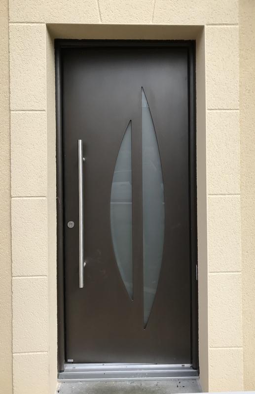 porte d'entrée alu contemporaine, vitrée, couleur Brun métallisé, installée à Moncé en Belin, dans la Sarthe, 72.