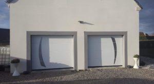 Porte de garage en Sarthe avec motif déco