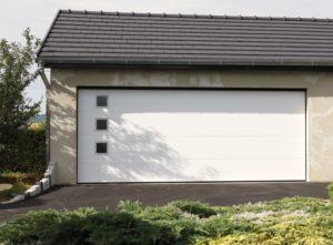 Porte de garage en Sarthe avec 3 hublots décoratifs
