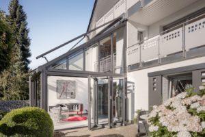 extension de maison vitrée avec toiture une pente et baies accordéon