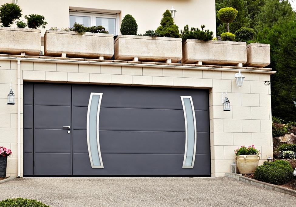 porte de garage basculante avec portillon et hublots