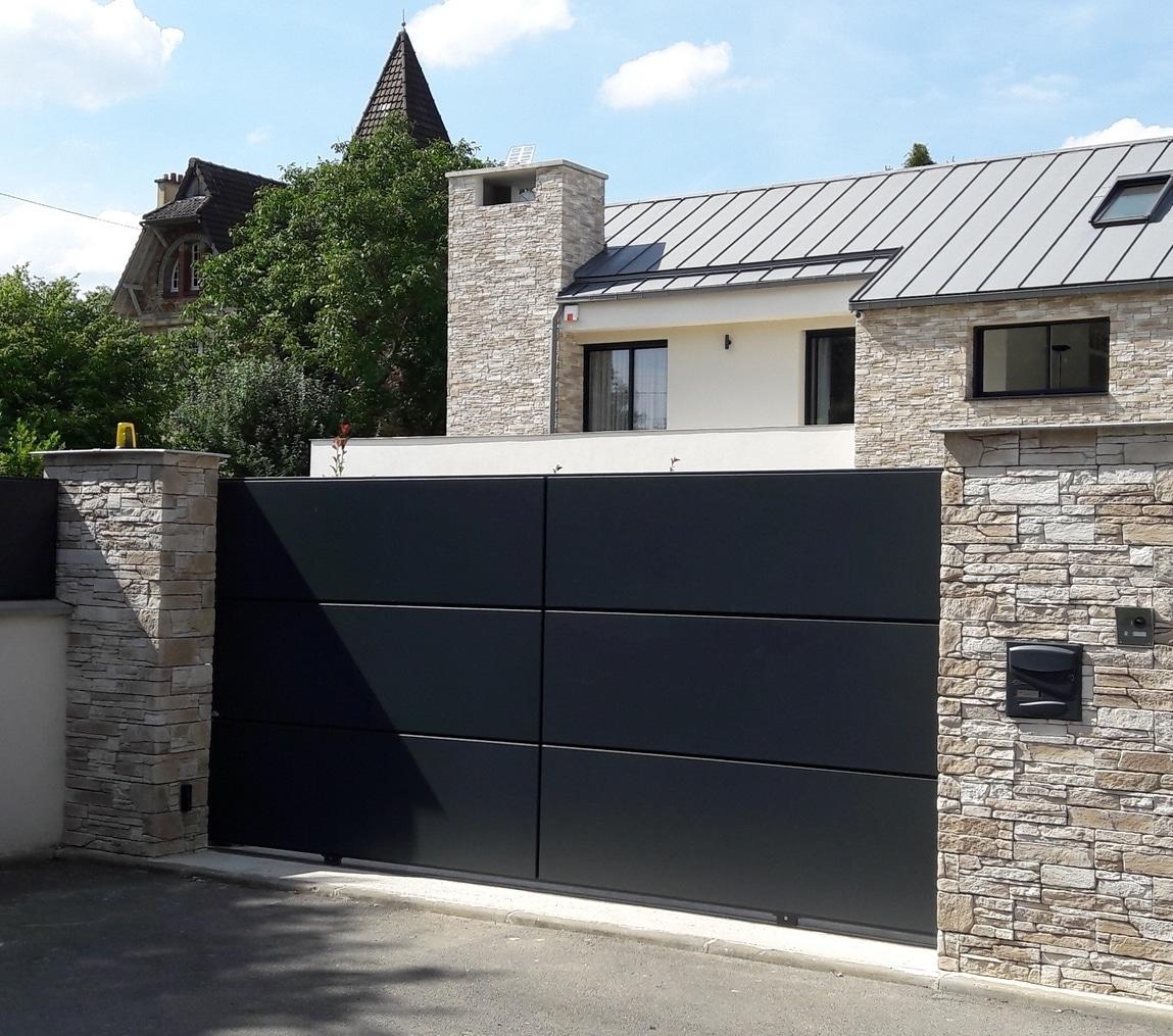 Portail design coulissant en aluminium, modèle Lucco