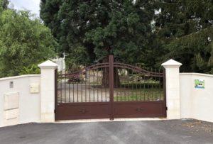 Portail aspect fer forgé installé à Cérans Foulletourte, dans la Sarthe