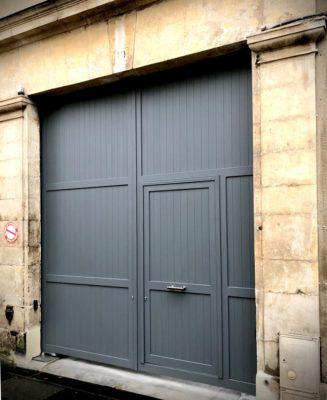 Porte cochère aluminim avec portillon intégé, installée au Mans dans la Sarthe