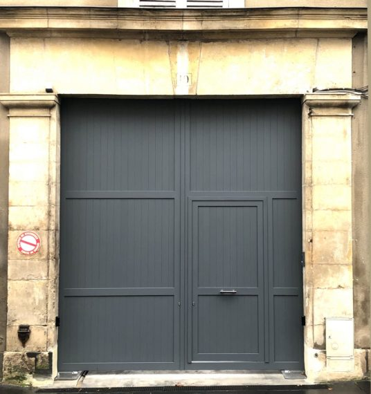 Porte cochère aluminium laquée gris anthracite, installée au Mans dans la Sarthe