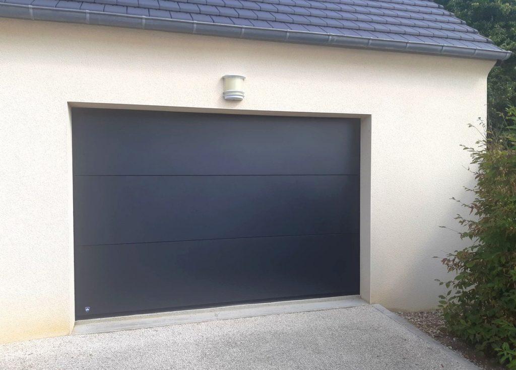 Porte de garage sectionnelle réalisée au Luart, dans la Sarthe