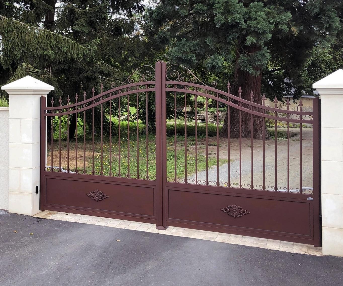 portail aspect fer forgé teinte rouille installé près du Mans dans la Sarthe