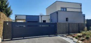 Portail coulissant aluminium contemporain installé en Sarthe