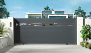 Portail aluminium contemporain coulissant avec lame décorative